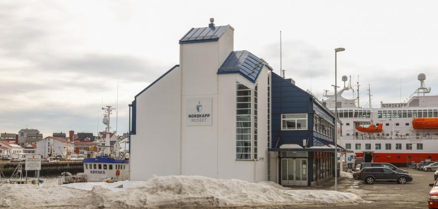 Utstiller fredsplakater laget av elever ved Honningsvåg skole