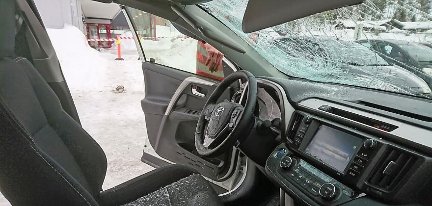 Mange biler skadd av takras
