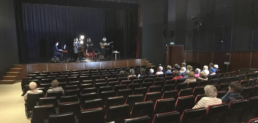 37 damer og én mann på konsert i Honningsvåg