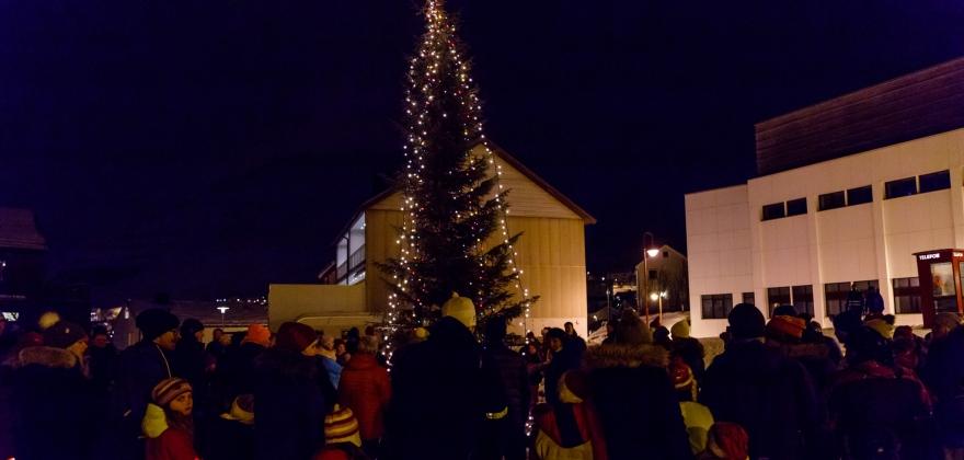 Juletreet på rådhusplassen ble tent – se bildene