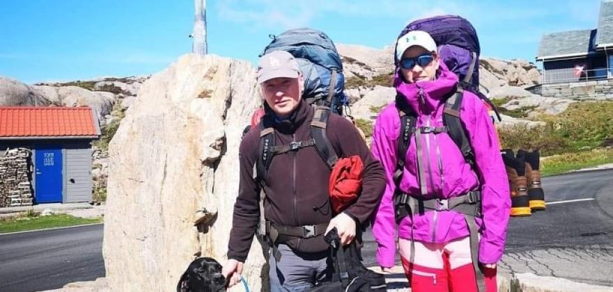 Stig Rune og Gina blir tatt godt imot av folk langs ruten