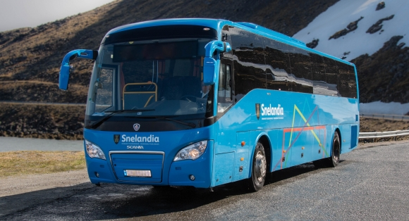 Udramatisk da rutebussen Nordkapp kjøre av vegen