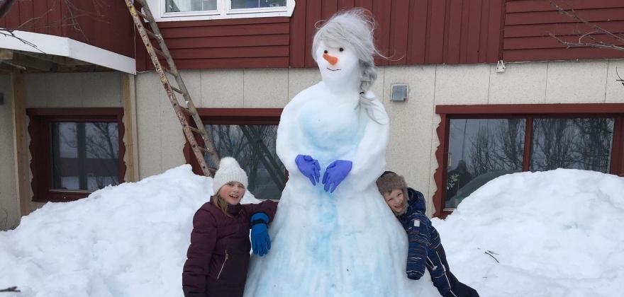 Hjemmelekse i dag. Lag snømann!