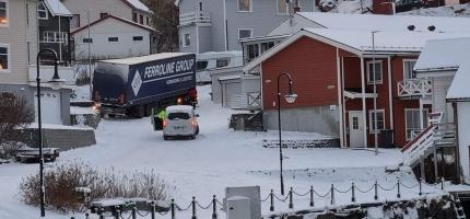 Semitrailer står fast i Reitebakken i Honningsvåg