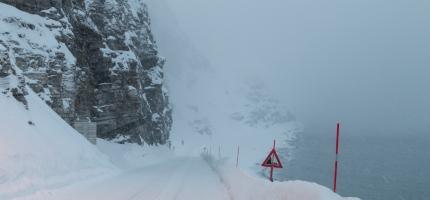 Ras nord for Skarvbergtunnelen, drosjer og rutebussen kommer ikke til Honningsvåg på tirsdag