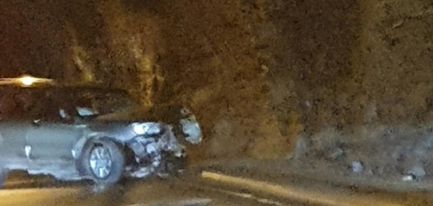 Bil kjørte i tunnelveggen