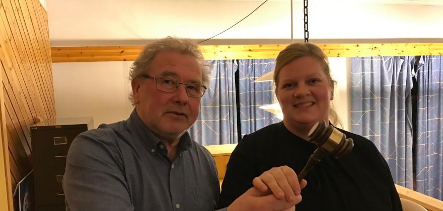 Lars Simonsen har gitt klubba videre til Aina Pettersen
