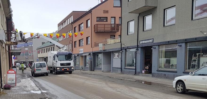 Repvåg Kraftlag pynter til 17. mai i Honningsvåg