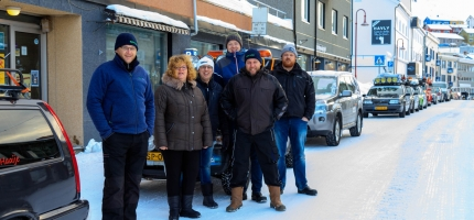 Fylte Storgata i Honningsvåg med eldre biler