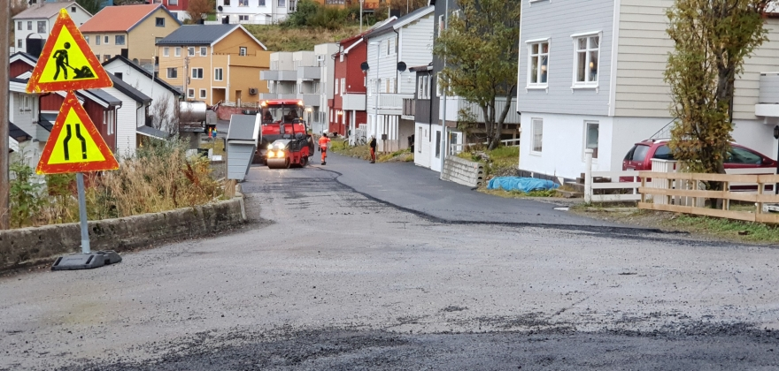 Endelig asfalt i Elvegata