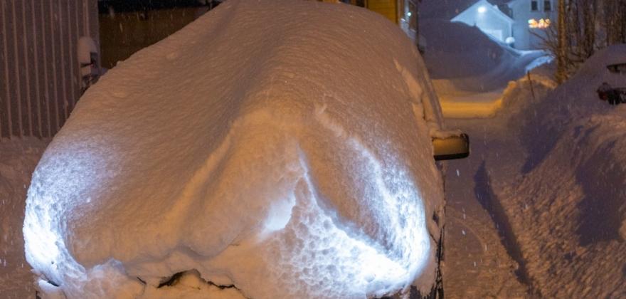 Biler har hindret snørydding, men nå er det mulig å parkere i havna