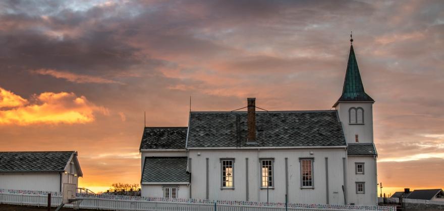 Selger postkort i Honningsvåg kirke