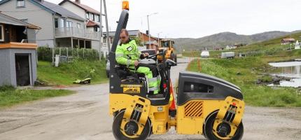 Kommunalt mannskap på plass i Skarsvåg for vedlikehold av veger
