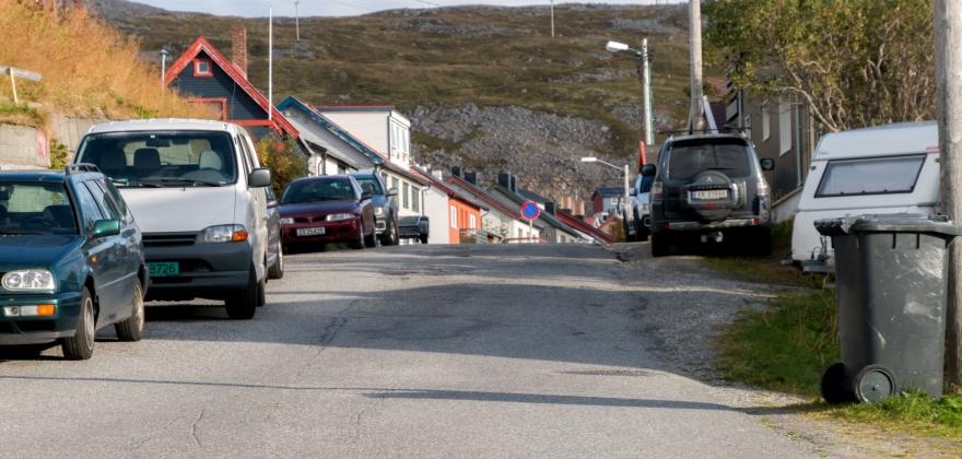 Skadet parkerte biler i Øvergata