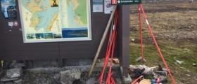 Mye søppel på parkeringsplassen til Knivskjellodden