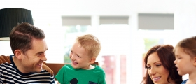 Norske foreldre bruker oftere smarttelefoner og nettbrett enn barna deres ved middagsbordet