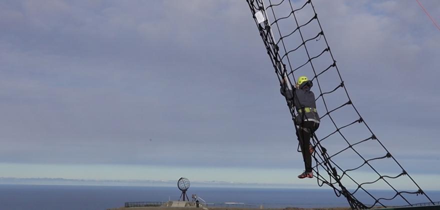 Klatret i nett over Nordkapp-juvet