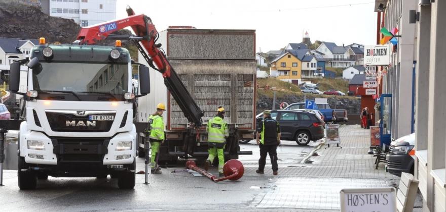 Lastebil rygget ned lysstolpe i Honningsvåg sentrum
