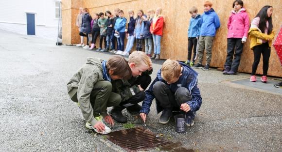 Barn jakter på mikroplast