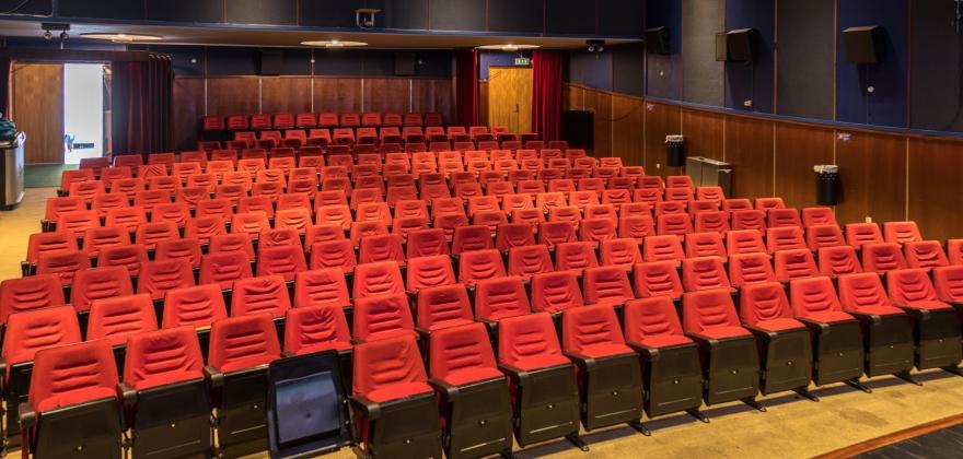 Mandag kan innbyggere hente kinostoler som suvenir
