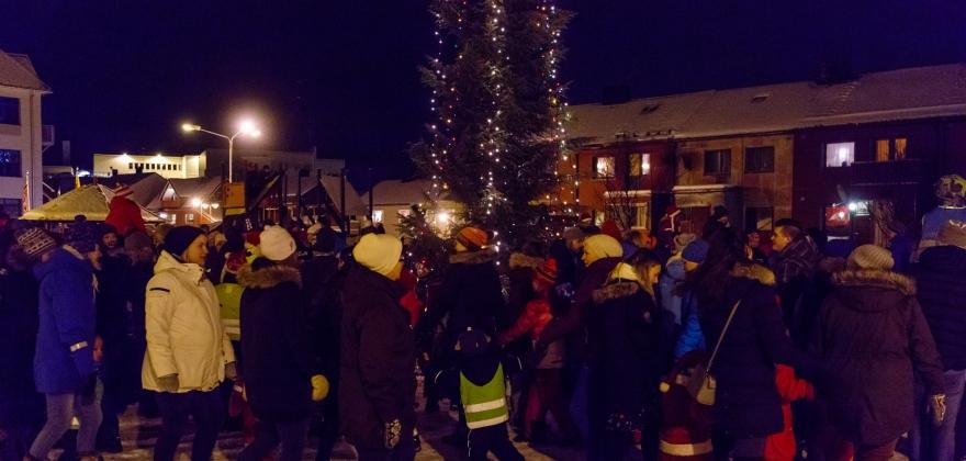 Barn og voksne deltok da juletreet ble tent