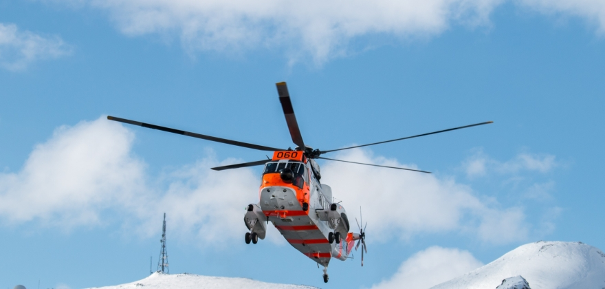 To personer fraktet til sykehus av Sea King