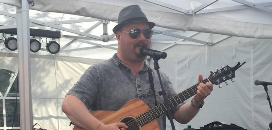 Ken-Thomas med soloopptreden hos Nøden Pub