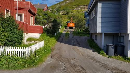 !Maskinene har kjørt til området for å være klar til gravearbeidet i kveld.