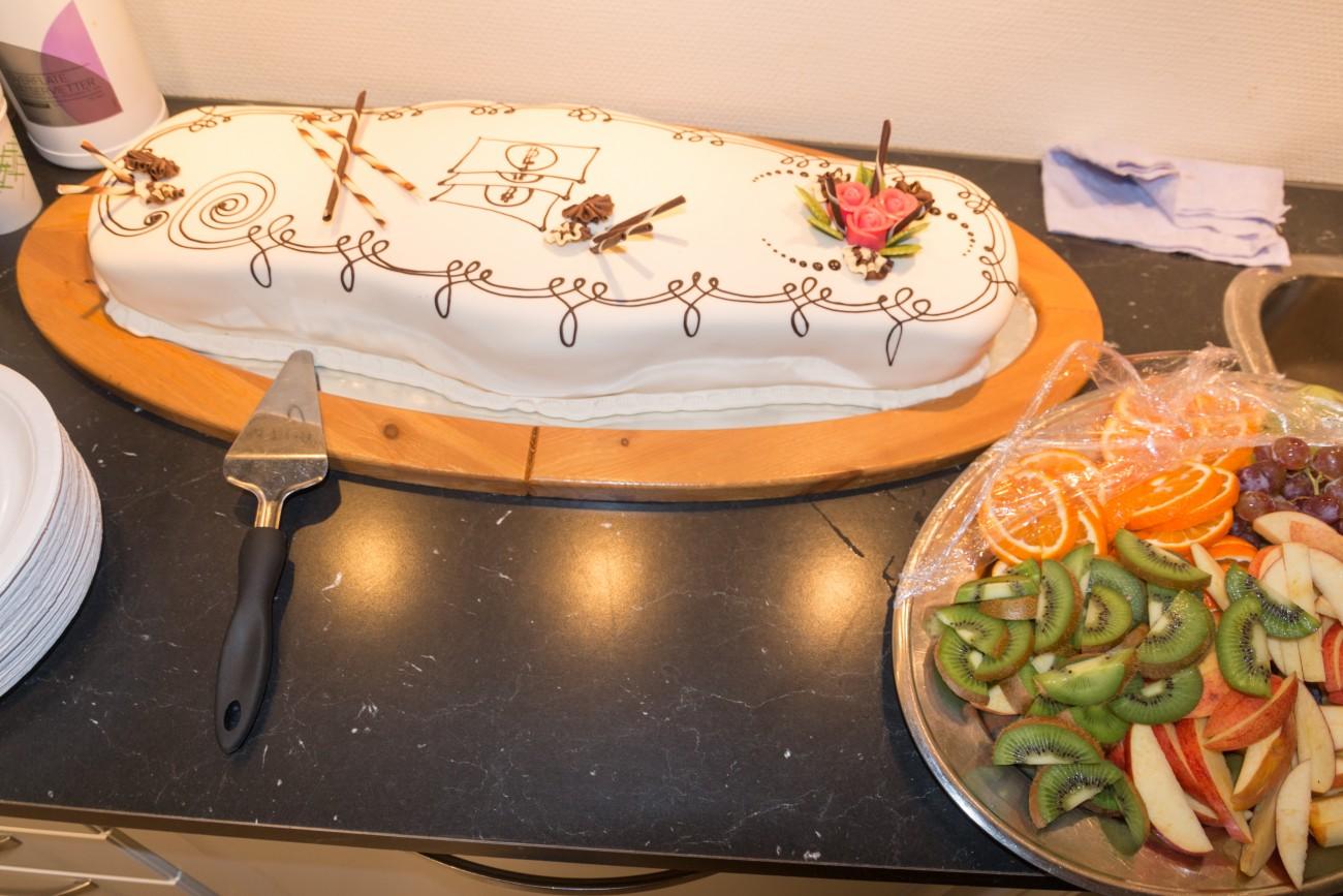!Restaurant og matfag kastet seg rundt og ordnet kake på fredag slik at fylkestingets vedtak ble feiret.