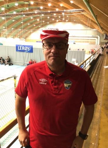 !Fotballeder Stig Erling Kristiansen, reiseleder på håndballturnering.