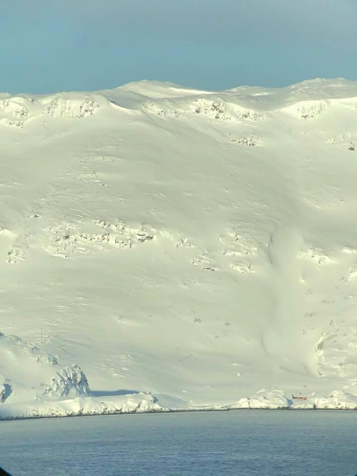 !Slik så veien ut i Skipsfjorden før opprydningsarbeidet tok til tirsdag. Bildet tatt fra Honningsvåg lufthavn av Harry Elvebakken.