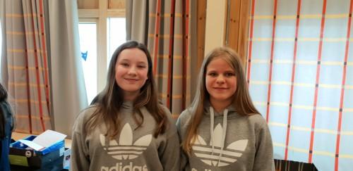 !To av elevene ved syvende trinnet som ønsket velkommen og viste fram modeller på sine drømmerom. Til venstre: Ida Bakke og Viktoria Huld.