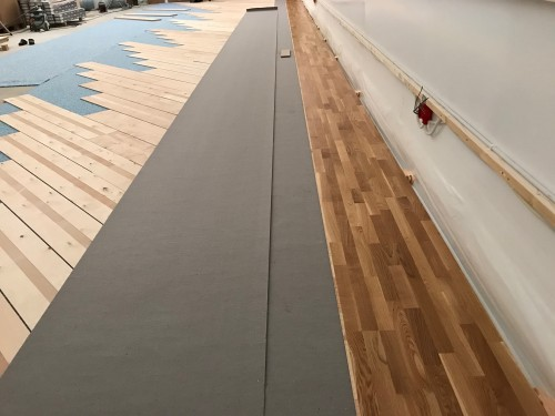 !En liten del av sportsdekke i den nye gymsalen.