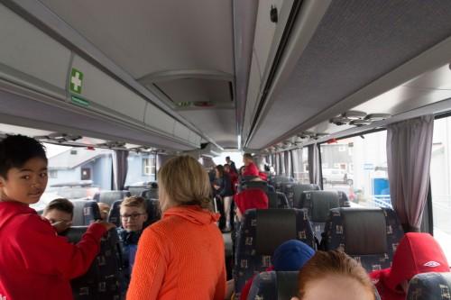 ! Spillere, trenere og reiseleder finner plass i bussen på tur til Alta, torsdag kveld.