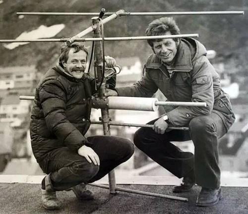 !(tv) Reidar Pettersen og Oluf Johansen monterer den første senderantenne på taket til Fiskarfagskolen