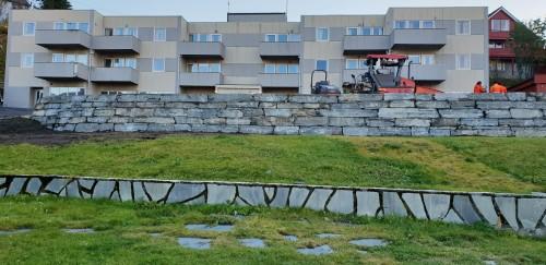!Ny mur ved Nordkapp bo- og servicesenter.