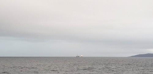 !Trollfjord og Far Sabre sør for Honningsvåg fredag ettermiddag.