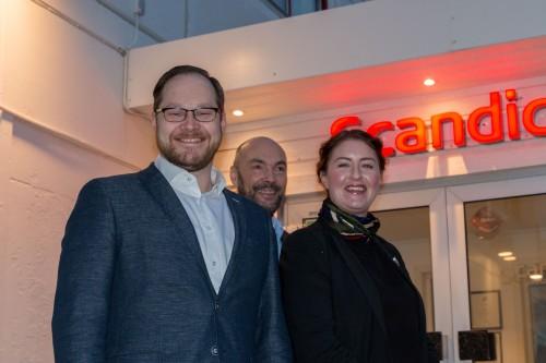!Fra venstre: Mykolas Masiukas driftssjef Nordkapphallen, Hans Paul Hansen direktør, og Mikaela Nilsson er driftssjef hotellene