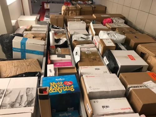 !Mange pakker på Post i Butikk i Honningsvåg.