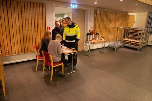 !Her blir Fredrik Helgesen og Oddbjørn Samuelsen sjekket mot medlemslistene. Det var Kari Lene Olsen og Hilde Fagerhaug som sto for kontrollen