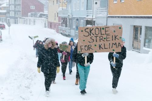 !Elever i tog som en del av politisk streik for klimaet.