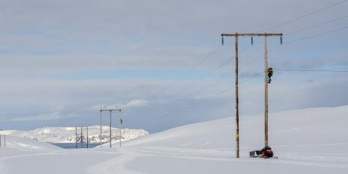 !Montører fra Repvåg Kraftlag i gang med i strekke fiber fra Vesterpollen til Reinelva.