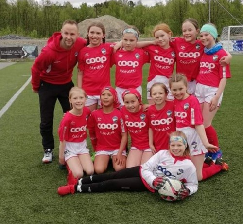 !Turns jenter 9-11 år, pluss Tom Arne Riise.