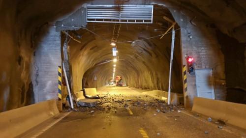!Kranbil rev med seg hele portalen i Honningsvågtunnelen. (Foto: Kari Lene Olsen)