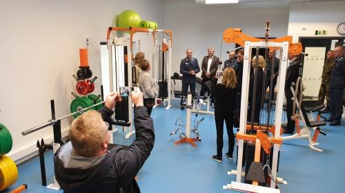 !I og med at mannskapene skal tilbringe ¼ av sitt arbeidsliv i beredskap på basen, er det lagt stor vekt på trivsel blant annet med et rikt utstyrt treningsrom.
