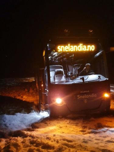 !Bilde er fra tirsdag kveld hvor bussen kjørte av veien i Sandvika, E69, mellom Repvåg og Kåfjord. Da ble 16 passsjerer 3 timer forsinket hjem.