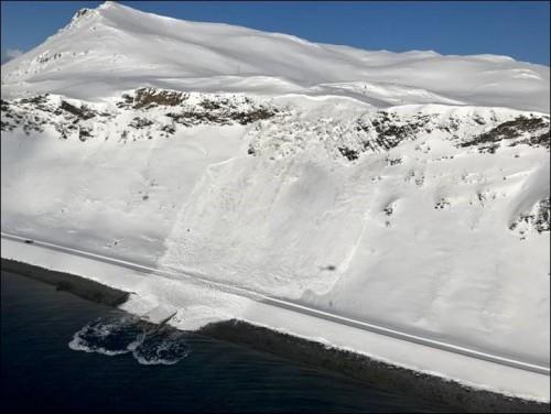 !Snøskred i Sarnes, 2018. Ved hjelp av radar kan man oppdage bevegelser i fjellsidene før skredet når veien, som igjen automatisk kan lukke bommene slik at ingen kommer inn i området.