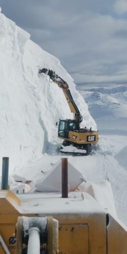 !Det er høye skavler i Skarsvågrevva. (Foto: Løvland Maskin, Presis Vegdrift og Statens vegvesen)