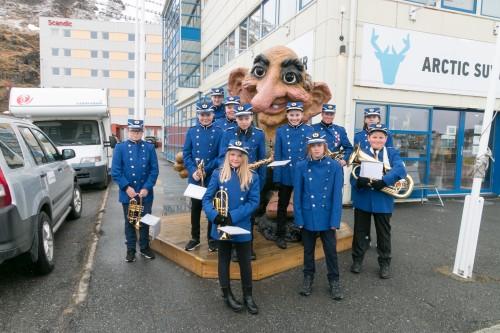 !Honningsvåg skolekorps i sine nye uniformer