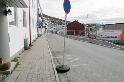 !Parkering forbudt på samme side av vegen som Nordkapp Elektroservice og «Havly».